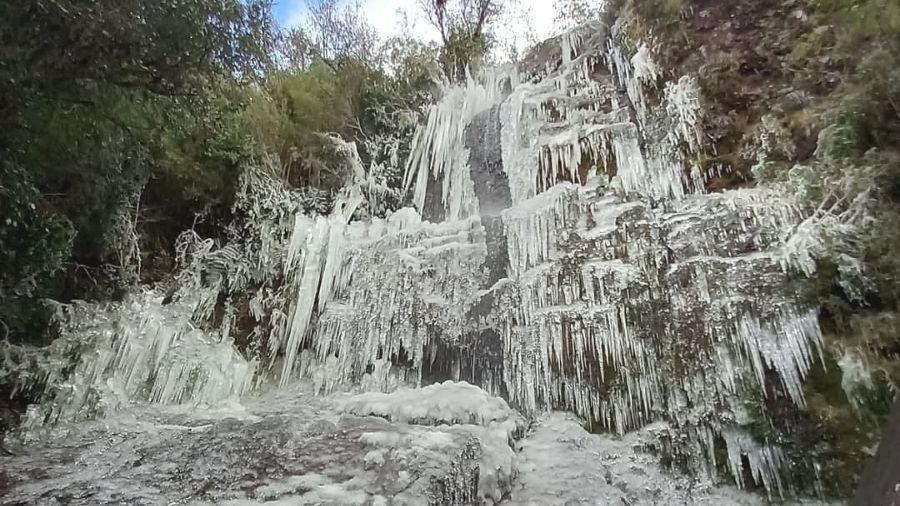 Frio congela cachoeira em Urupema (SC)  - Reprodução/Facebook