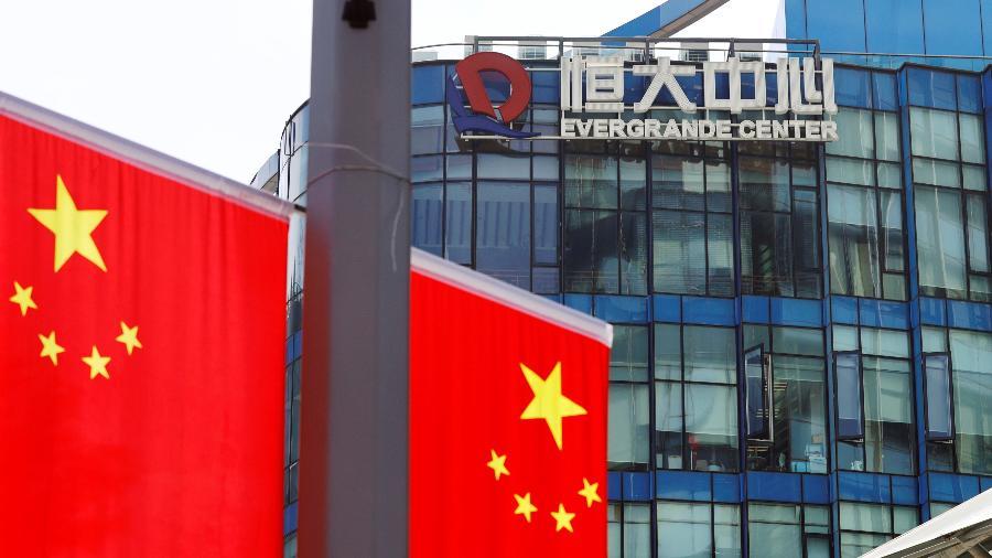 Bandeiras chinesas são vistas perto do logotipo do China Evergrande Group no Evergrande Center em Xangai, China - REUTERS / Aly Song