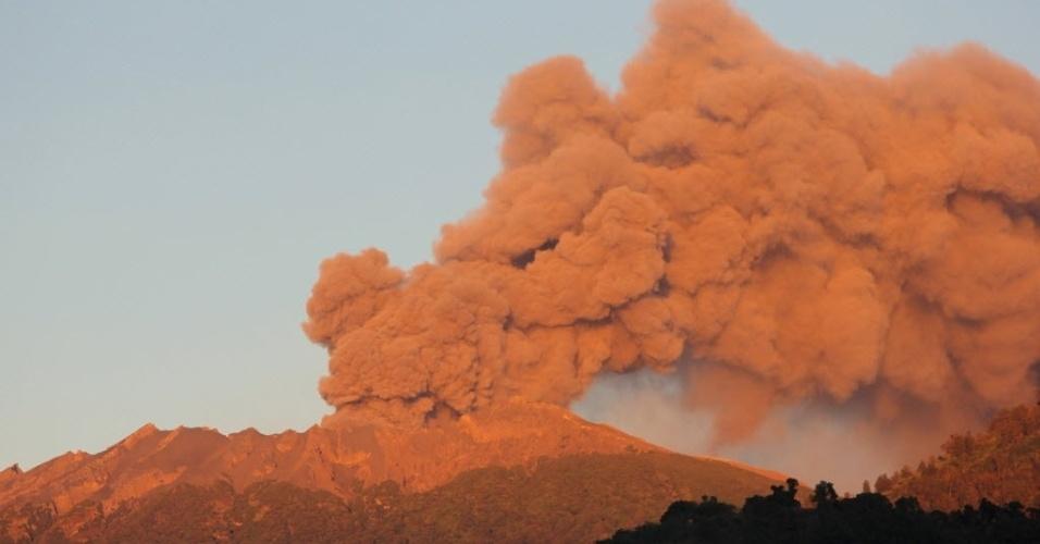 17.jul.2015 - Vulcão Raung lança grande nuvem de cinzas e gás na vila de Jampit, na parte oriental da ilha de Java. Milhares de indonésios enfrentam dificuldades para chegar a suas casas para celebrar o fim do Ramadã, conhecido como Eid al-Fitr, depois que a erupção de vulcões levou ao fechamento de seis aeroportos