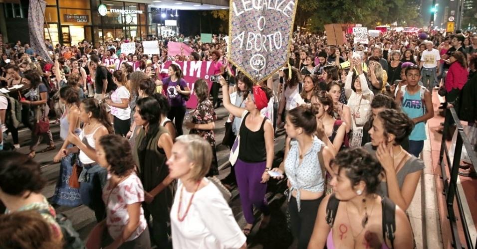 30.out.2015 - Manifestantes protestam em favor dos direitos da mulher e contra o deputado Eduardo Cunha (PMDB/RJ), na avenida Paulista, em São Paulo. A manifestação é contra o projeto de lei (PL) 5069/13, que modifica a lei de atendimento às vítimas de violência sexual