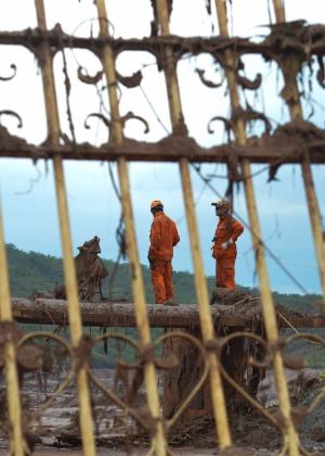 Equipes trabalham na busca de vítimas dias após o rompimento de duas barragens da mineradora Samarco, em Bento Rodrigues, Mariana (MG) - Antonio Cruz/Agência Brasil