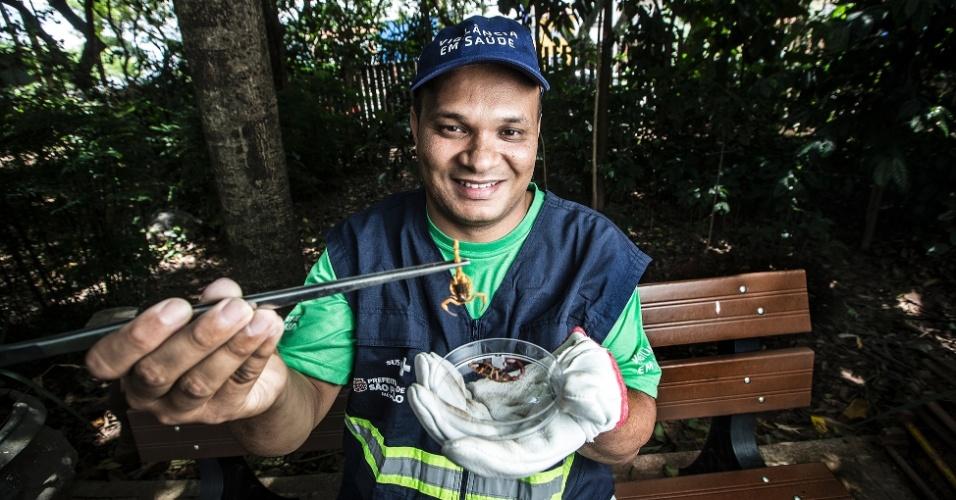 Marcelo José Leite dos Santos é agente municipal de Zoonoses. Ele caça escorpiões pela cidade e seu trabalho ajuda a monitorar onde e em que quantidade esses animais de proliferam em São Paulo.