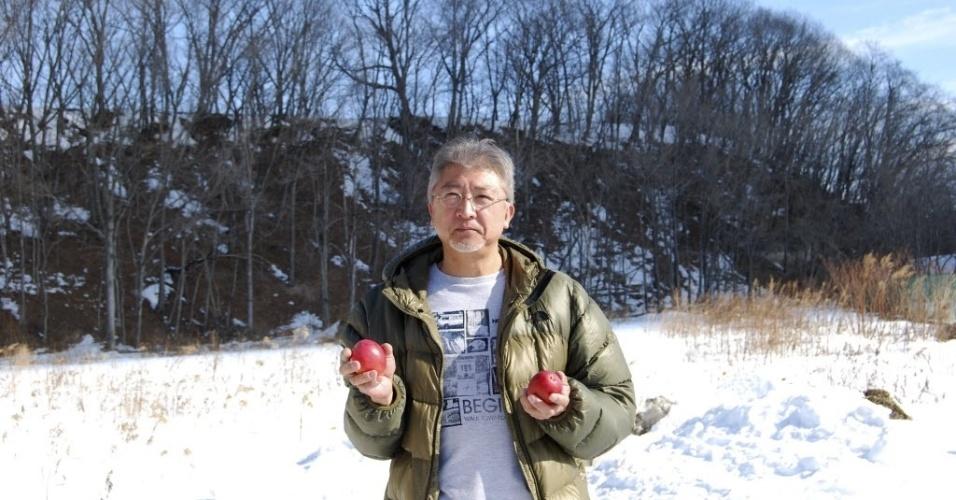 14.fev.2016 - Hiroyuki Nakagawa, proprietário de plantação de manga na ilha japonesa de Hokkaido, mostra frutas colhidas na neve da região. As cobiçadas mangas são cultivadas a uma temperatura média de 6° e são vendidas por 50.000 ienes (cerca de R$ 1.760)