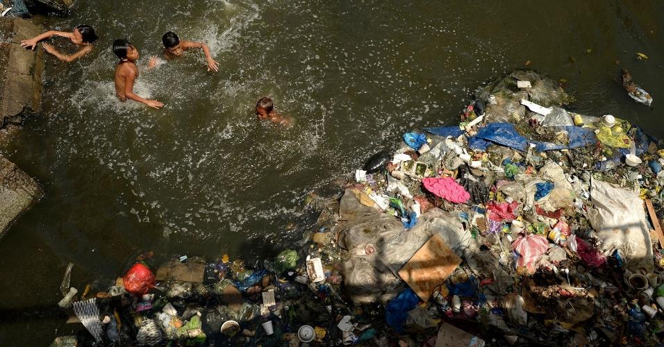 5.mar.2016 - Crianças nadam em rio poluído em Manila (Filipinas), país onde, segundo o governo, 25% da população de 100 milhões de pessoas vive com um dólar por dia ou menos