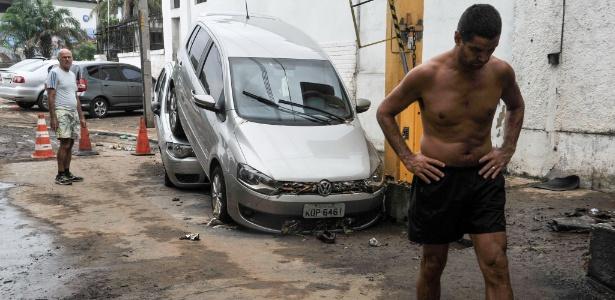 13.mar.2016 - Moradores lamentam estragos causados pela chuva no Rio de Janeiro