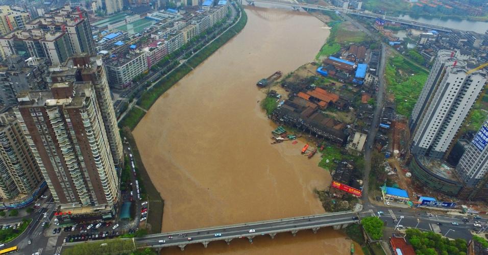 23.mar.2016 - As chuvas que atingem a região leste da China elevaram o nível do rio Zhengshui, que inunda partes mais baixas da cidade de Hengyang