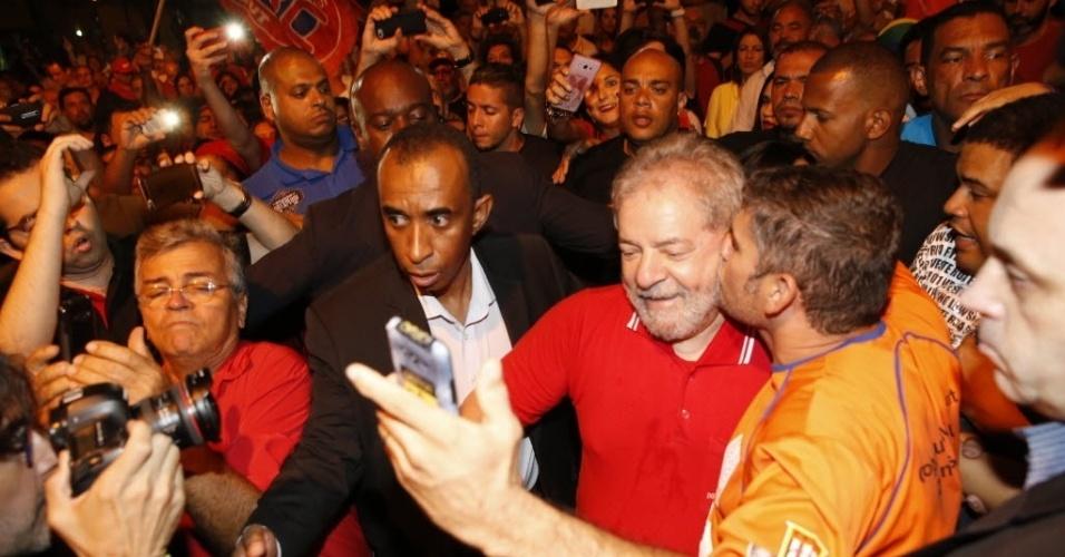 04.abr.2016 -  Luiz Inácio Lula da Silva é recebido com beijo por manifestante no ato dos metalúrgicos contra o impeachment da presidente Dilma Rousseff, em São Bernardo do Campo, no ABC paulista, região metropolitana de São Paulo. Na chegada de Lula à manifestação, a organização do evento, que acontece em frente à sede do Sindicato dos Metalúrgicos, tocou a música