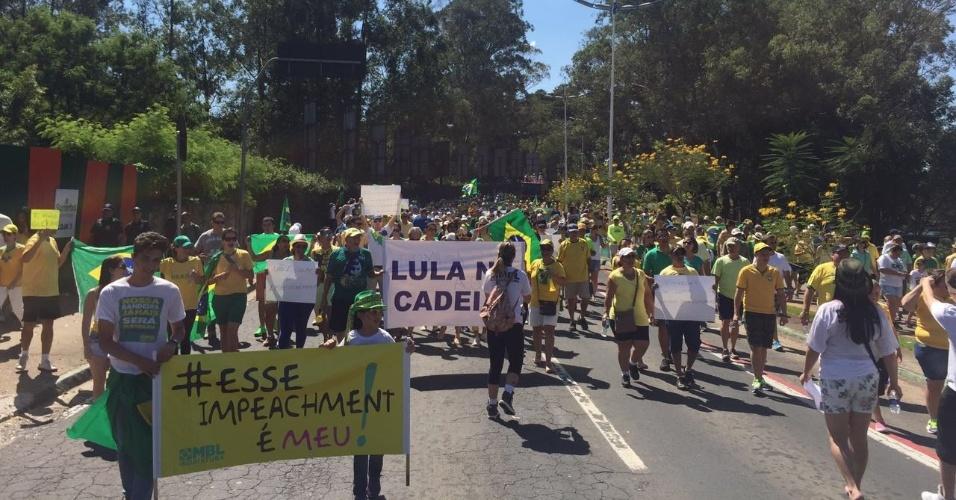 17.abr.2016 - Manifestantes favoráveis ao impeachment da presidente Dilma Rousseff vão às ruas em Indaiatuba, interior de São Paulo. A imagem foi enviada pelo internauta Rodrigo Tara para o WhatsApp do UOL (11) 95520-5752