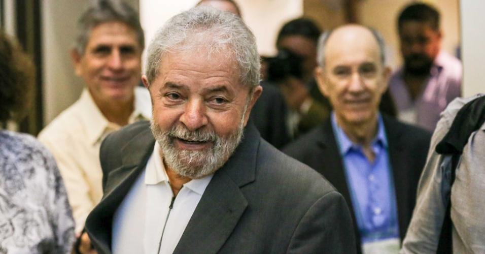 25.abr.2016 - O ex-presidente Luiz Inácio Lula da Silva chega ao Hotel Maksoud Plaza, na região central de São Paulo (SP), onde participa do seminário