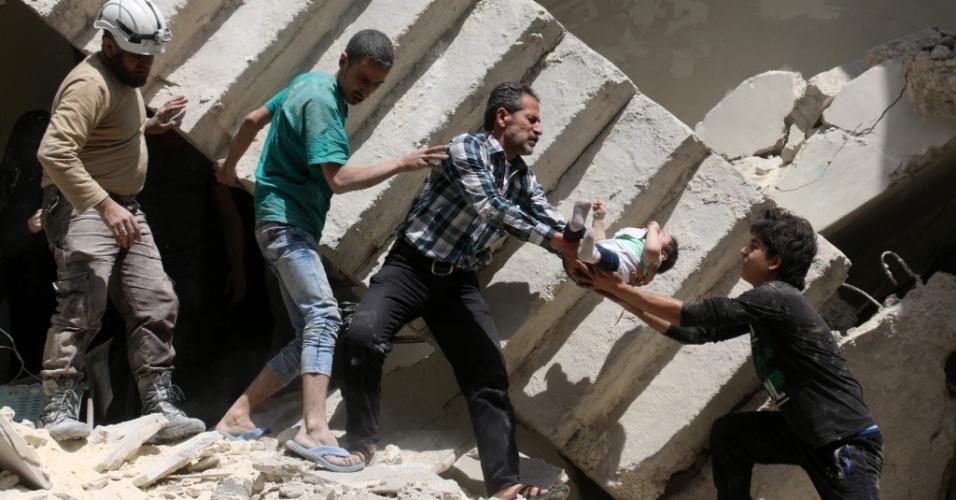 28.abr.2016 - Bebê é carregado depois de bombardeiro em hospital de Aleppo, ao norte Síria. Pelo menos 27 pessoas morreram, entre elas o último pediatra que havia na região controlada pelos rebeldes