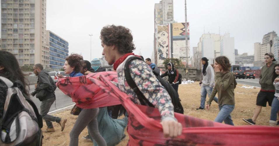 6.mai.2016 - Após reintegração de posse do Centro Paula Souza, estudantes que saíram da ocupação de dirigem à Etesp (Escola Técnica de São Paulo)