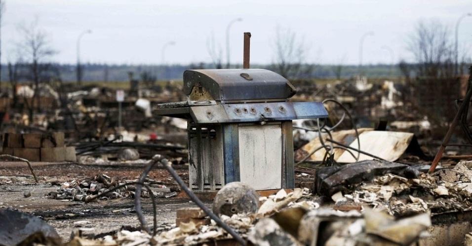 9.mai.2016 - Um grande incêndio florestal destruiu o bairro de Beacon Hill, em Fort McMurray, no Canadá. Com a aproximação das chamas, os moradores foram obrigadas a deixarem as suas casas rapidamente, sem tempo de pegar muitos pertences, muito menos uma churrasqueira e as bebidas de um churrasco