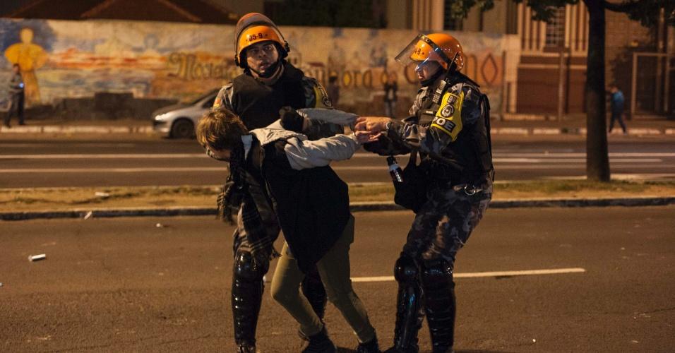 16.mai.2016 - Policiais da Brigada Militar detém manifestante em Porto Alegre durante protesto contra o presidente interino Michel Temer e contra o impeachment da presidente afastada Dilma Rousseff