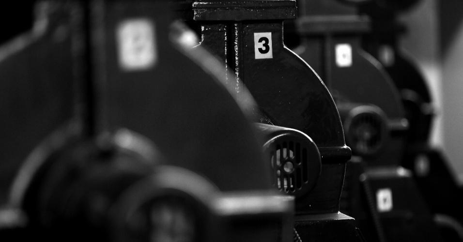 24.mai.2016 - Visitar o Copan é voltar à década de 1960, pois os equipamentos que fazem o prédio funcionar são originais, a exemplo dessa casa de máquinas que faz os elevadores do bloco B funcionarem