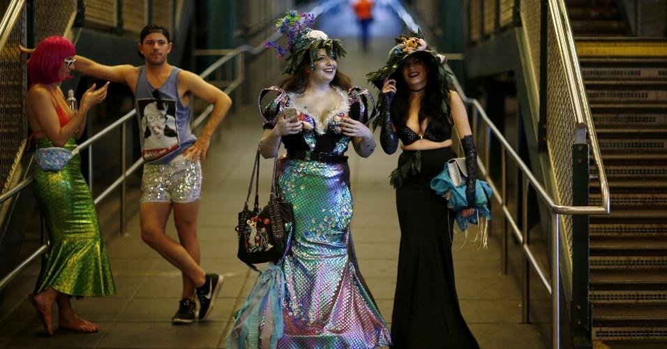 18.jun.2016 - Nova-iorquinos participam da Parada da Sereia, em Nova York