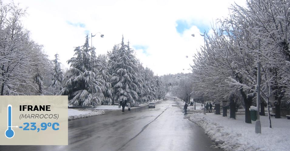 1º.jul.2016 - IFRANE (MARROCOS), -23,9°C: Já imaginou fazer esqui em Marrocos? Em Infrane, a prática é totalmente possível. A cidade localizada no centro-norte do Marrocos fica nas montanhas do Atlas Médio, a 1.700 metros de altitude, e por ter sido colonizada por franceses possui características europeias. A altitude faz com que a neve seja abundante no inverno. Foi em Infrane que se registrou a temperatura mais baixa da África: -23,9°C, em 11 de fevereiro de 1935