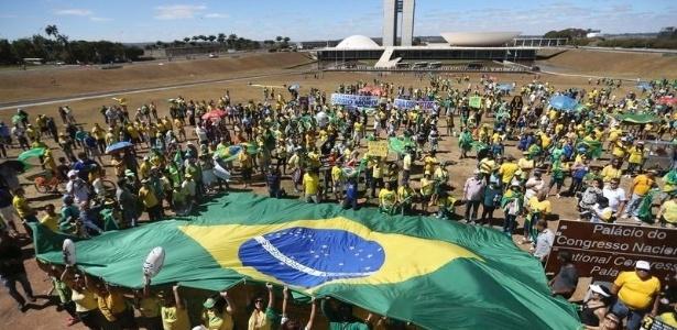 Manifestantes fazem atos a favor do impeachment de Dilma Rousseff e em apoio à Operação Lava Jato em 2016