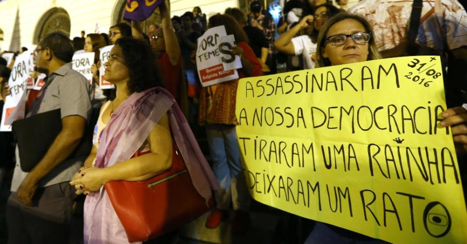 31.ago.2016 - Manifestantes protestam contra o impeachment da presidente cassada Dilma Rousseff na Cinelândia, no centro do Rio. Dilma foi condenada nesta quarta-feira (31) pelo Senado no processo de impeachment por ter cometido crimes de responsabilidade na condução financeira do governo. O impeachment foi aprovado por 61 votos a favor e 20 contra. Não houve abstenções.