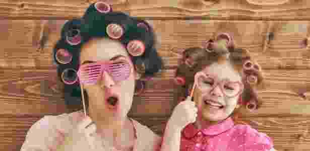 familia feliz, criança imitando adulto, brincadeira, dia das crianças - Getty Images/iStockphoto - Getty Images/iStockphoto