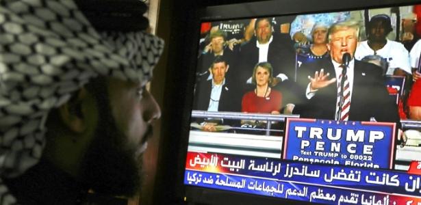 Iraquiano acompanha as eleições nos EUA pela televisão em sua casa em Bagdá