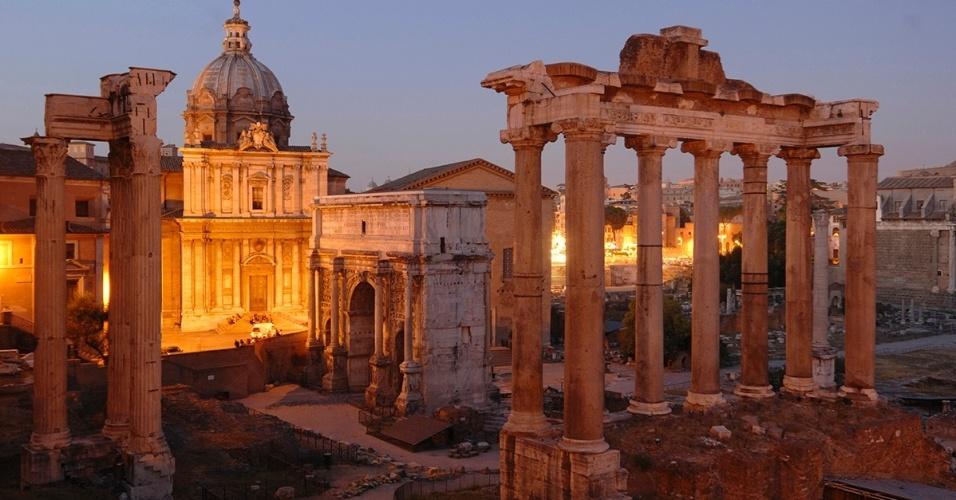 O Fórum Romano ao anoitecer. Antes cercado por grandiosos templos, monumentos, prédios públicos e comércio, o fórum era o centro da atividade pública na Roma antiga