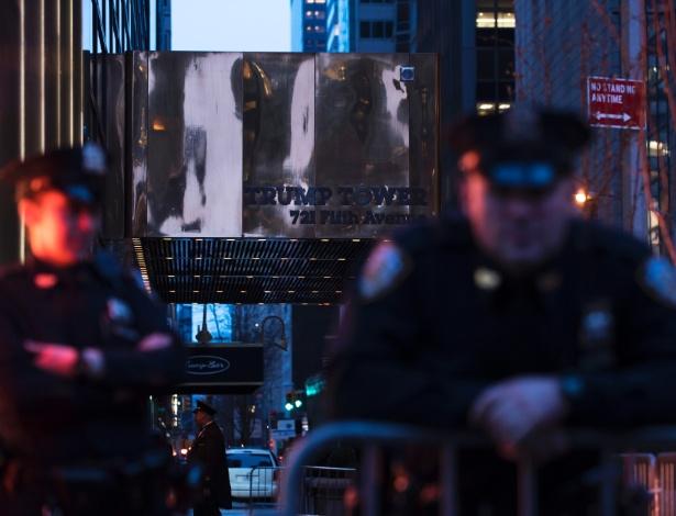 Policiais do lado de fora da Trump Tower, em Nova York