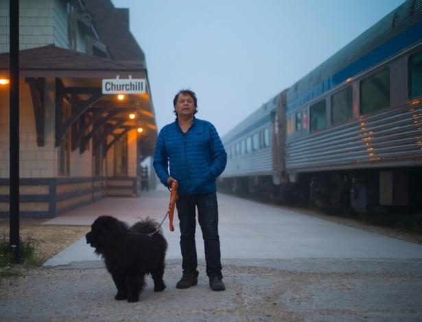 Prefeito de Churchill, Mike Spence, ao lado de um trem na linha férrea desativada