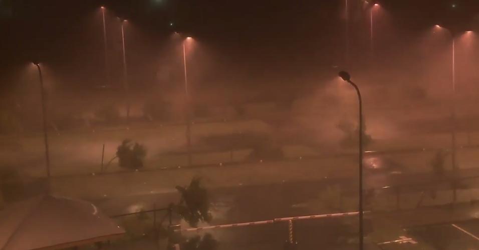 18.set.2017 - Imagem de câmera de segurança mostra ventos fortes e chuva intensa com a chegada do furacão Maria em Guadalupe