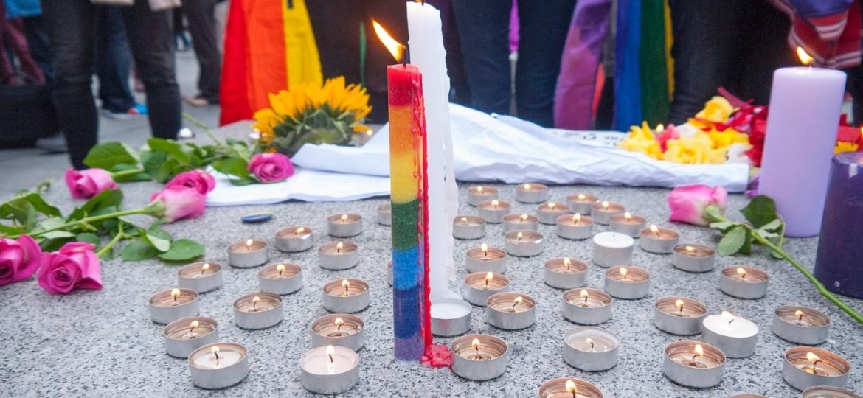 Vela é acesa em protesto contra crimes cometidos contra a população LGBT - Getty Images