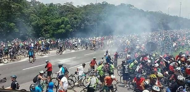 10.dez.2017 - PM usa bomba para impedir tradicional passeio em rodovia de São Paulo