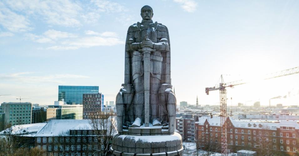 26.fev.2018 - Neve cobre as calçadas e ruas do monumento de Bismarck no centro de Hamburgo, na Alemanha