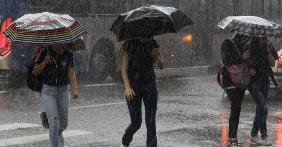 28.mar.2018 - Pedestres enfrentam forte chuva na Avenida Paulista, região central de São Paulo