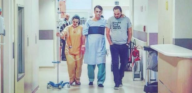 19.set.2018 - Jair Bolsonaro (PSL-RJ) caminha no hospital ao lado do filho Carlos