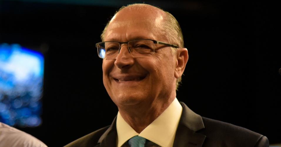4.out.2018 - Geraldo Ackmin (PSDB) candidato a Presidencia do Brasil, posa para fotos momentos antes do inicio de debate promovido pela Rede Globo, nos estudios da emissora no Rio de Janeiro
