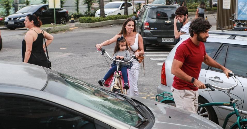 Deborah Secco e o marido, Hugo Moura, foram votar de bicicleta acompanhados da filha, Maria Flor