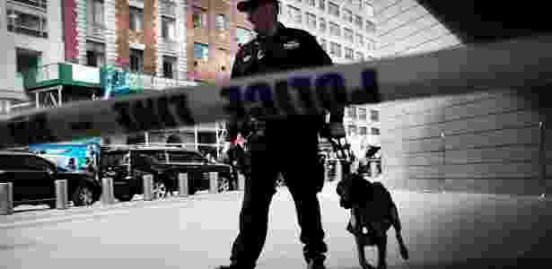 A polícia faz ronda do lado de fora do Time Warner Center depois que um explosivo foi encontrado no local na manhã desta quarta-feira (24) - SPENCER PLATT/AFP - SPENCER PLATT/AFP