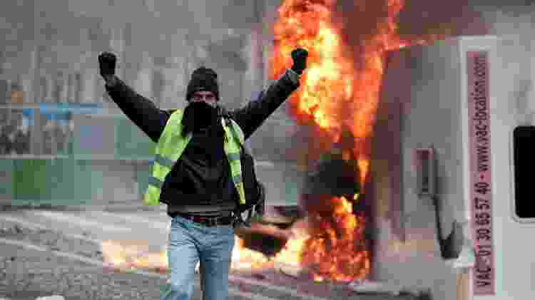 Um manifestante vestindo colete amarelo, símbolo do protesto, em manifestação contra os preços dos combustíveis - REUTERS/Benoit Tessier - REUTERS/Benoit Tessier
