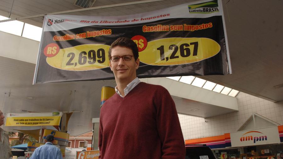 25.maio.12 - O advogado Ricardo Salles posa para foto em posto de gasolina em São Paulo no dia da venda de gasolina sem impostos, promovido pelo Movimento Endireita Brasil  - Niels Andreas/Folhapress