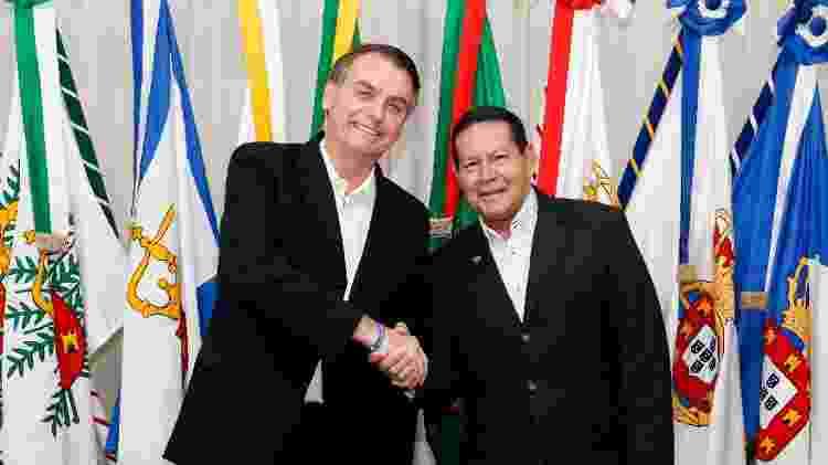 17.mar.2019 - Presidente Jair Bolsonaro (PSL) transmite o cargo para seu vice, general Hamilton Mourão (PRTB) antes de viajar para os EUA - Alan Santos/Presidência