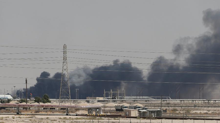 Fumaça é vista após fogo em instalação na Arábia Saudita - Stringer/Reuters