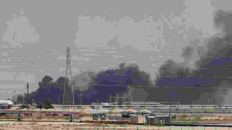 14.set.2019 - Fumaça é vista após fogo em instalação na cidade de Abqaiq, na Arábia Saudita - Stringer/Reuters
