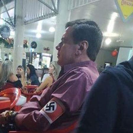 14.dez.2019 - Homem usa braçadeira com suástica nazista em bar na cidade de Unaí (MG) - Arquivo pessoal