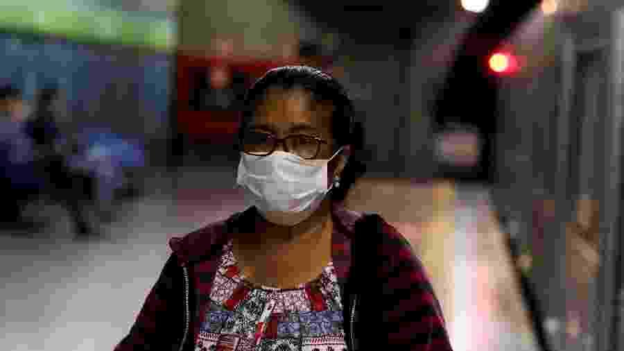 Coronavírus: passageira usa máscara no metrô de SP - Amanda Perobelli/Reuters