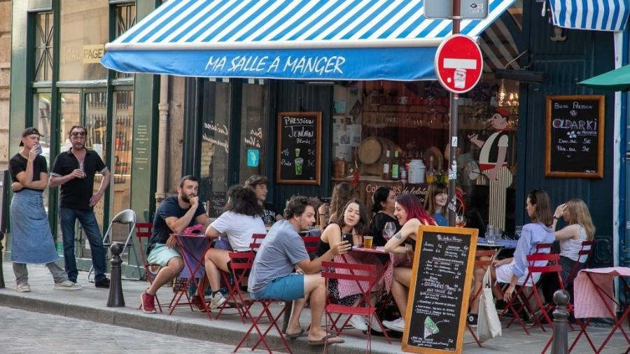 2.jun.2020 - Bares e restaurantes reabriram na França depois de quase dois meses fechados por causa da pandemia do novo coronavírus - Marc Piasecki / Getty Images