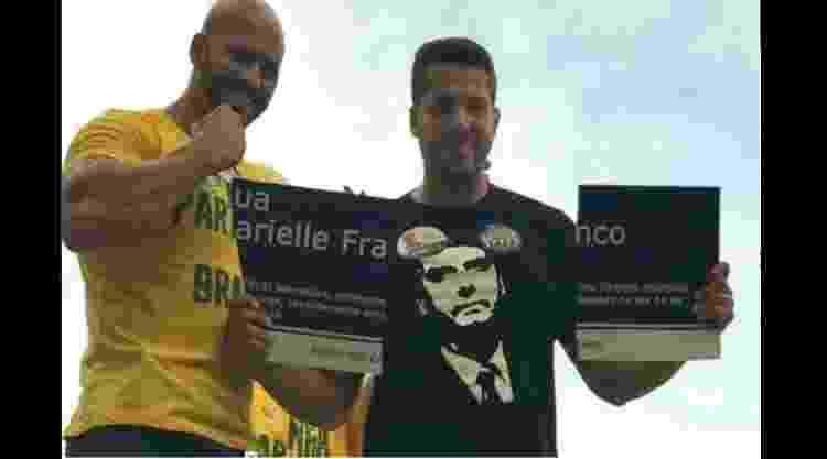 Daniel Silveira, quando candidato, em 2018, rasga placa em homenagem a Marielle Franco - Reprodução/Twitter - Reprodução/Twitter