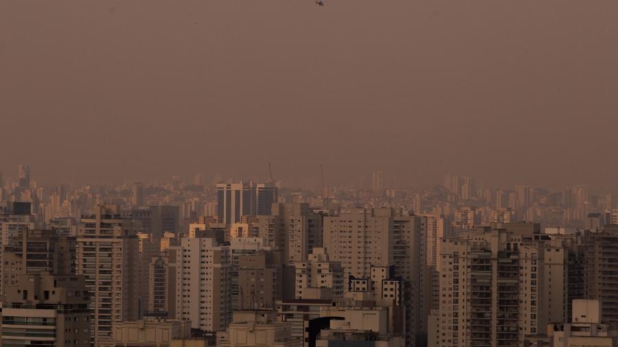 18.09.2020 - Fumaça de queimadas no Pantanal deixa céu de São Paulo nublado e alaranjado - André Lucas/Estadão Conteúdo