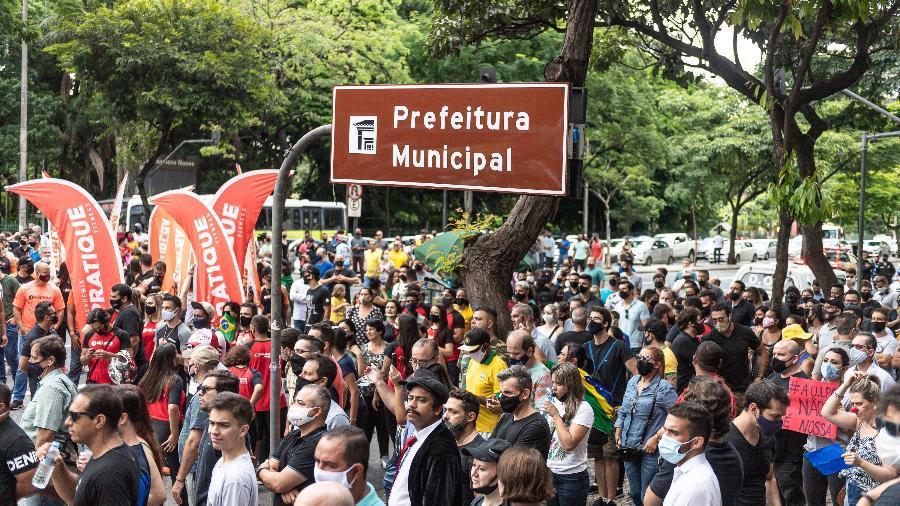11.jan.2021- Manifestantes se reuniram em frente à prefeitura de Belo Horizonte para protestar contra o fechamento do comércio; decisão permanece - Gledston Tavares/Estadão Conteúdo