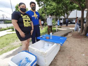 Grupo de voluntários distribuem alimentos e bebidas em frente ao hospital 28 de Agosto em Manaus (AM) - Carlos Madeiro - Carlos Madeiro