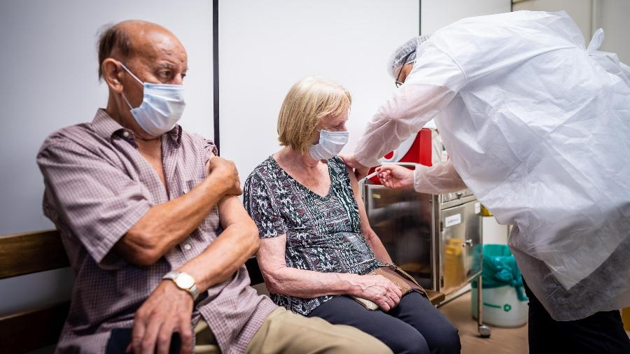 Idosos com mais de 83 anos recebem dose da vacina contra a covid-19 na US Santa Marta, em Porto Alegre - Cesar Lopes/PMPA