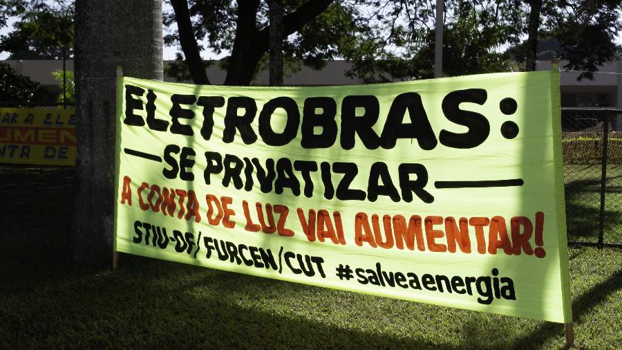 Faixas e cartazes durante protesto contra privatização da Eletrobras, em Brasília - Leco Viana/TheNews2/Estadão Conteúdo